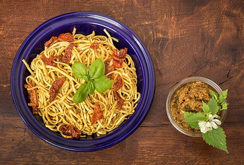 Špagety s ořechovým pestem a sušenými rajčaty