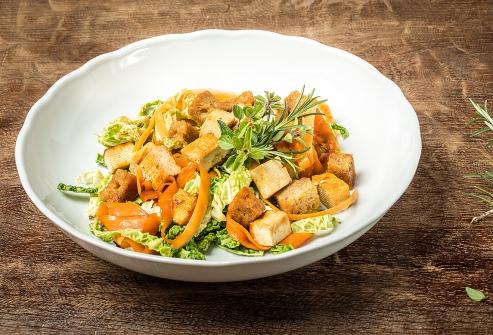 Tofu s pečenou cibulkou, karotkou, kapustovými listy a žitným chlebem
