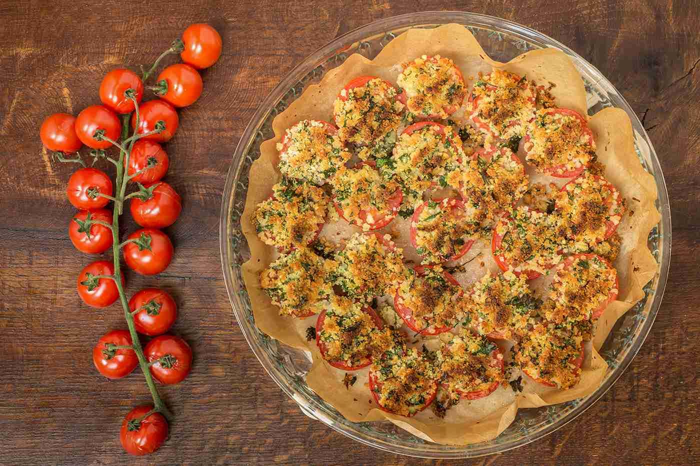 Rajčata zapečená s parmazánovou drobenkou a bylinkami