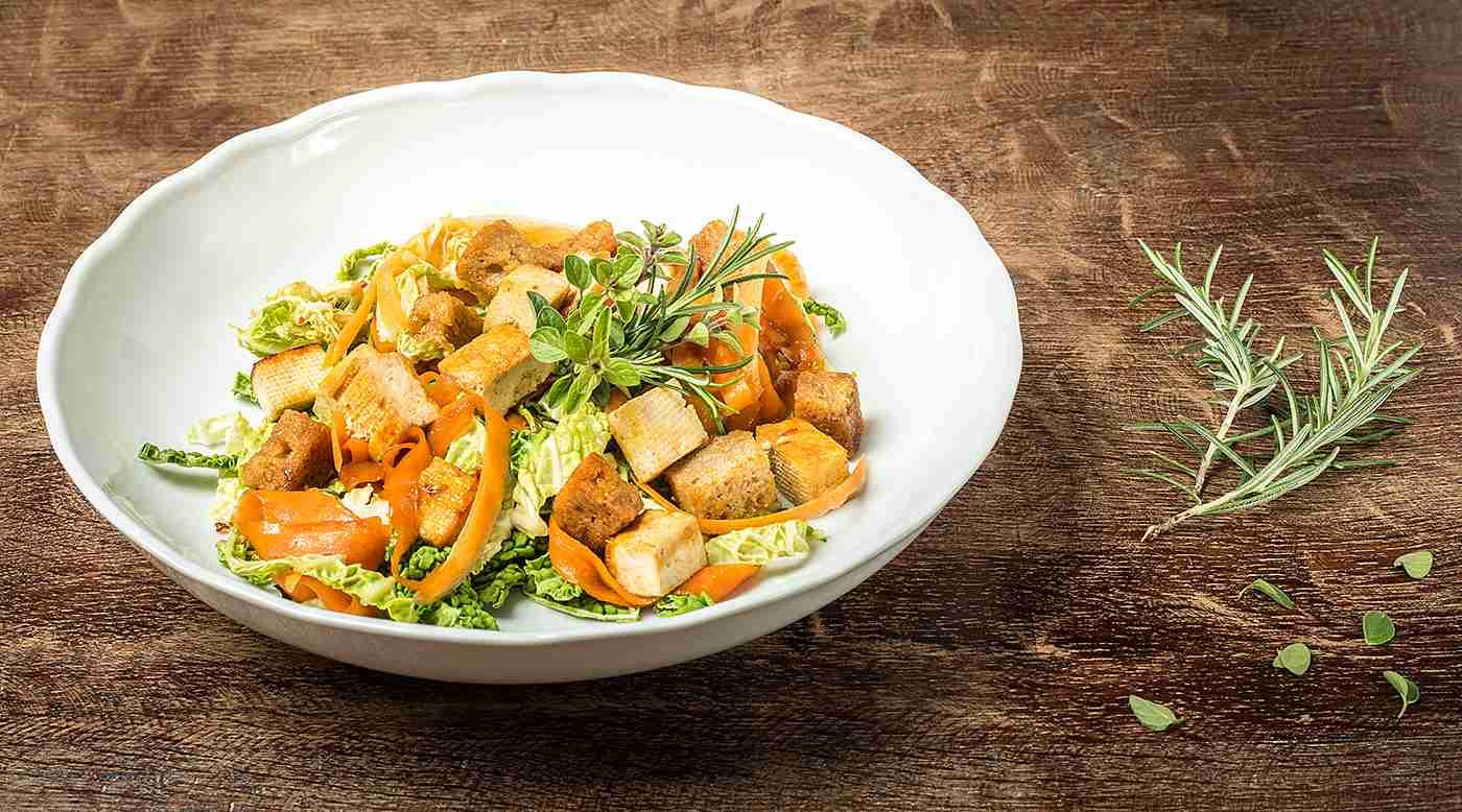Tofu s pečenou cibulkou, karotkou, kapustovými listy